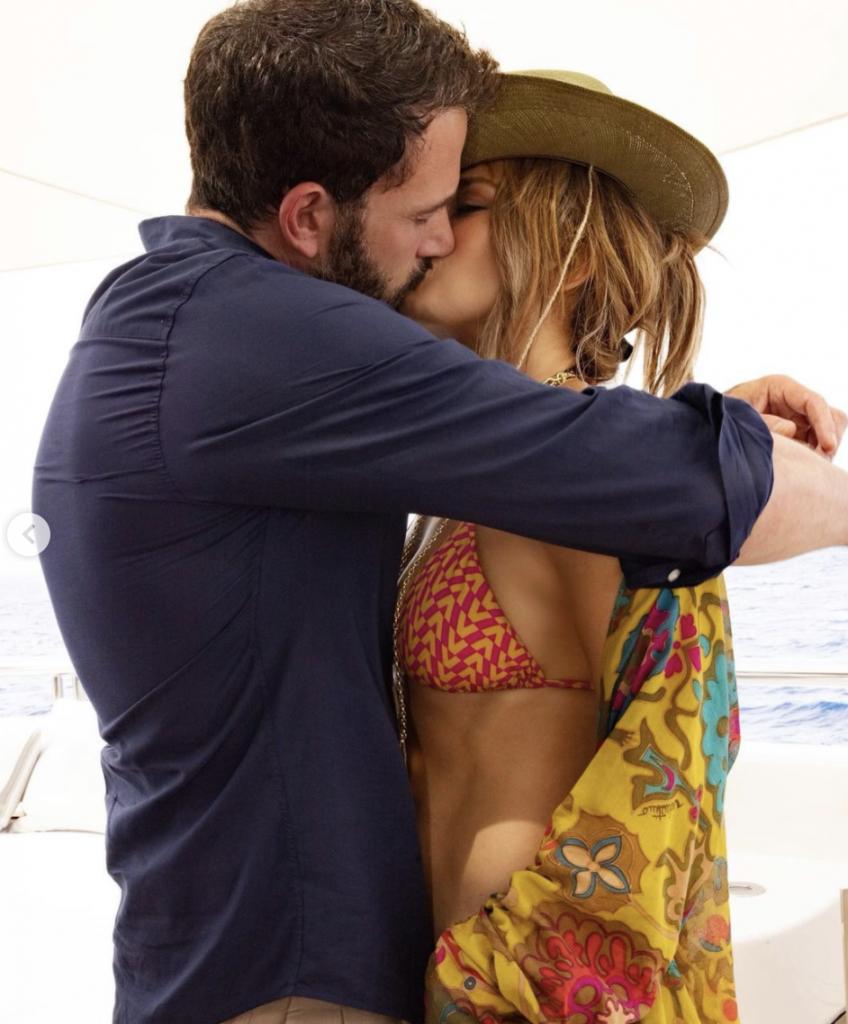 Jeniffer Lopez and Ben Affleck Kissing